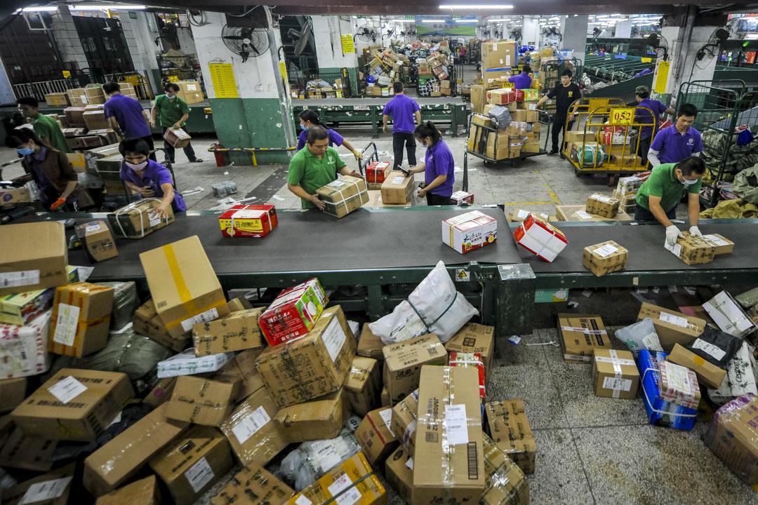11月8日,「狂歡購物節」前夕,海南郵政運輸局工作人員正在處理25萬個郵包,是2016年的兩倍。 攝:VCG/VCG via Getty Images