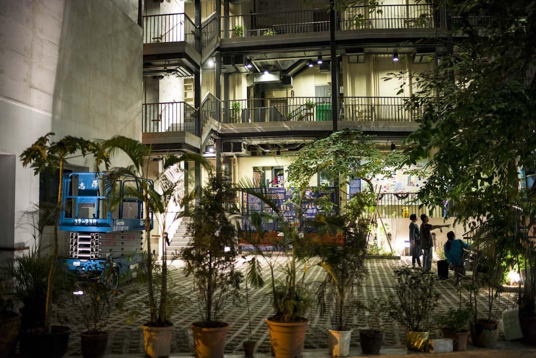 藍屋晚上的庭園,仍吸引不少遊人前來拍照。