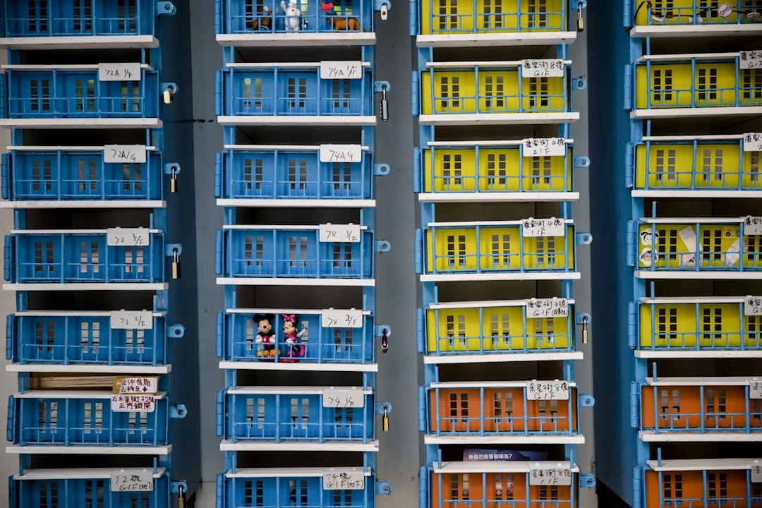 由藝術家指導,再由住戶合力以木製作而成的藍屋信箱。