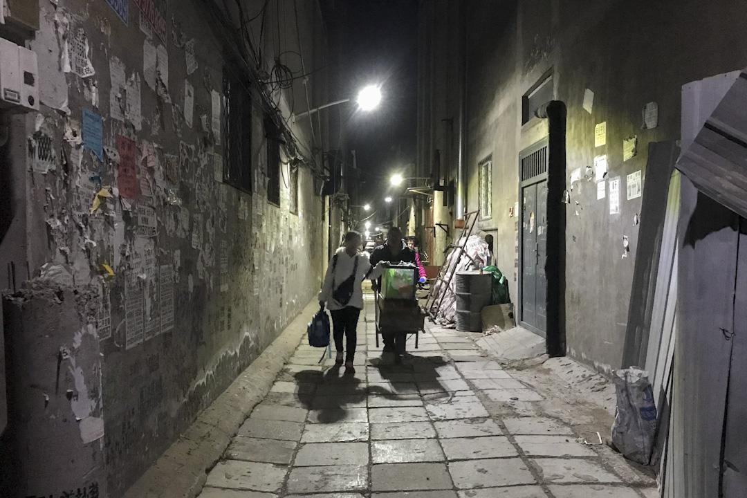 短短幾天之內,幾萬名如李秀華一樣的打工者被驅逐了。這是一場範圍廣泛的清理行動,位於城鄉結合部的出租公寓、出租大院、批發市場、廠房庫等都在限期整治和拆除中。