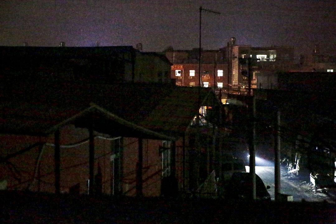 站在興隆公寓三層的窗口向北望,以徐尹路為界,皮村北部的供電維持正常,南部外圍的公寓區漆黑一片,偶有車輛駛入照亮路面。