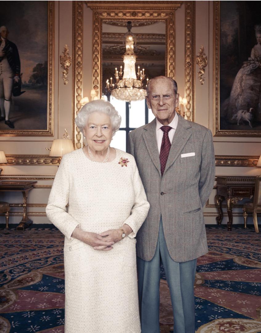 2017年11月20日,英女皇伊利沙伯二世與菲臘親王在溫莎堡的白色畫廳 (White Drawing Room) 內為結婚70週年合照。 攝:Matt Holyoak/CameraPress/PA Wire via Getty Images