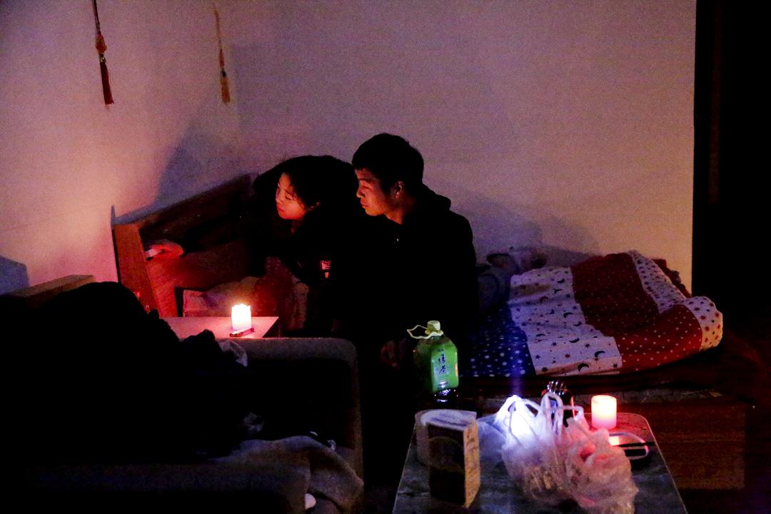 來自安徽阜陽的情侶寶成和明芳租住在興隆公寓二層靠近通道口的一個開間。房間面積約30平米,月租金800元人民幣,包括洗手間和卧室。寶成1995年出生,在附近兩公里的一處工地擔任建築工人,明芳沒有工作,陪寶成在北京打工。工地為工人提供簡易的集體宿舍,寶成覺得上下鋪十來人一屋子的生活沒有私人空間,斷電後選擇繼續留在單間公寓。 攝:Xiaoyue Zhao