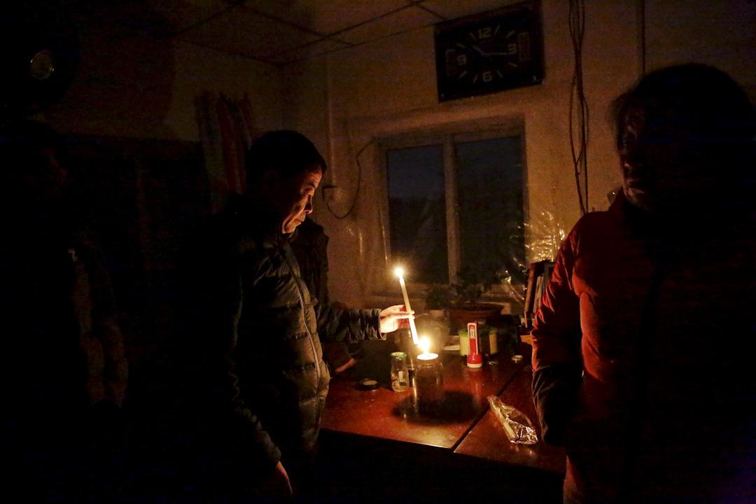 「你們白天誰想陪我去要電?斷了八九天了,18號剛充了4000元的電費,第二天就斷電了」,昏暗的燭光中,興隆公寓的老闆娘張秀芹揮著手詢問來訪記者。一年半以前,來自吉林四平的劉強和張秀芹夫婦從北京二房東手中租下這棟使用面積逾3000平方米的三層簡易樓房,作為興隆公寓出租,據稱租期為18年。公寓共有100余套房間,面積從20平米到60平米不等。張秀芹喊冤說,「村委會才知道每個房子背後的產權,我們從二房東手裡租下來也搞不清楚那麼多啊。」