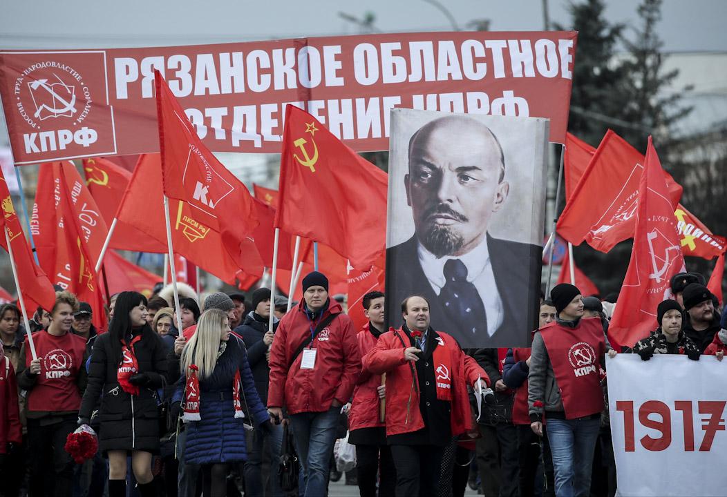 2017年11月6日:俄羅斯有集會紀念俄國十月革命一百周年,參加者攜帶紅旗和列寧的肖像遊行。 攝:Alexander Ryumin\TASS via Getty Images)