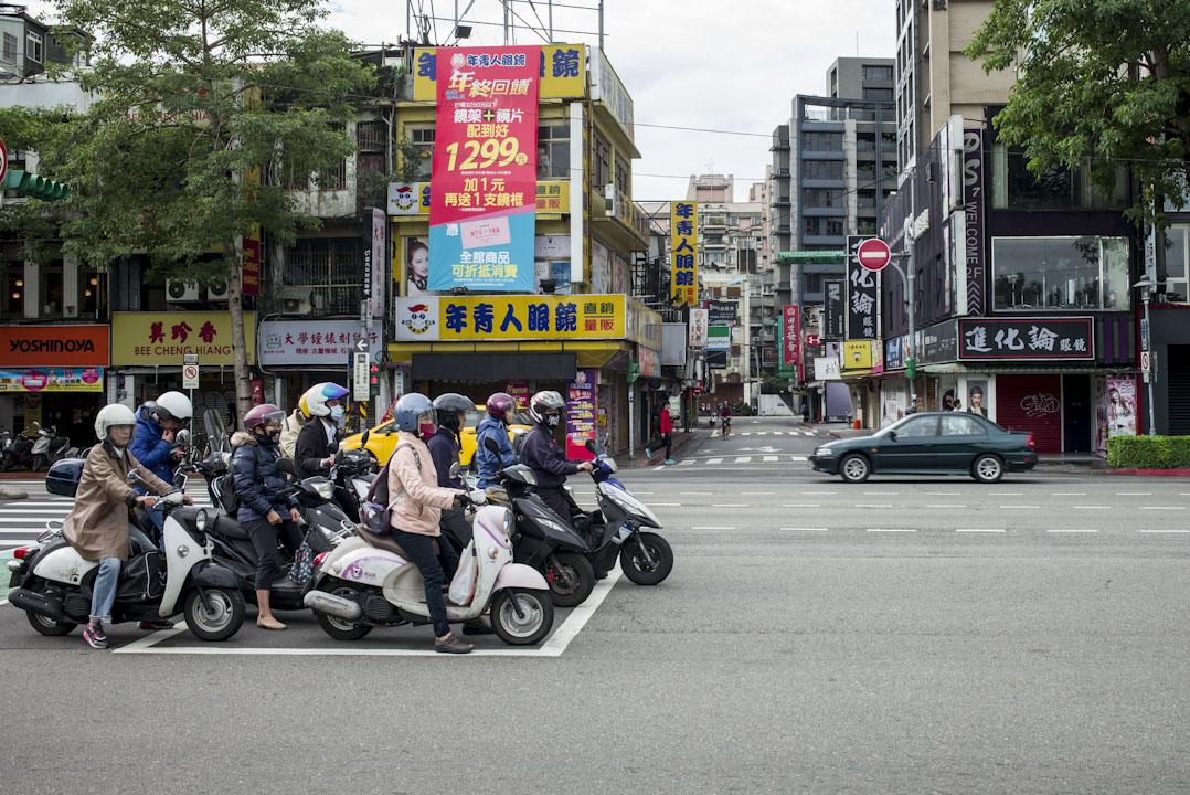 所謂一例一休對資方的衝擊並不是法令本身訂得多嚴,也並非勞工團體的動員,而是30多年來勞動條件持續惡化、勞權意識高漲下,台灣的基層從過去私下不滿、只能被貼草莓勞工的標籤,進化到公開諷刺資方「慣老闆」。圖為台北上班市民。 攝:林振東/端傳媒