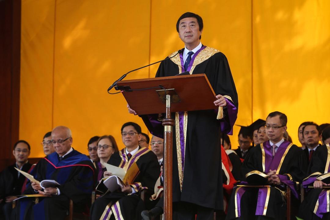 2017年11月17日,中文大學舉行第83屆畢業禮,中大校長沈祖堯最後一次以校長身份於典禮上致辭,期間台下有畢業生舉起「捍衞學界言論自由」等標語抗議。 圖:香港中文大學
