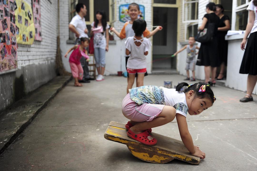 北京一間幼稚園,學童正在校園的院子裏玩耍。