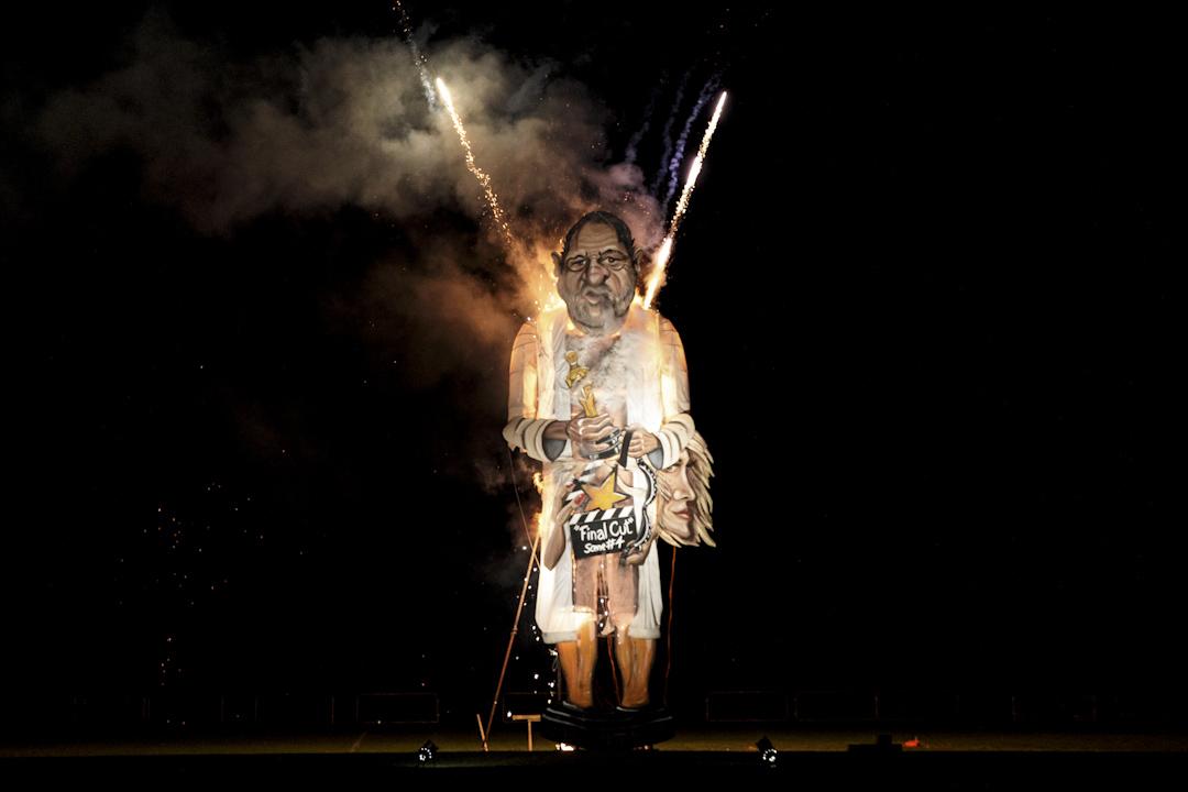 2017年11月4日:涉及多宗性侵案的電影製片人Harvey Weinstein肖像在英國Edenbridge篝火晚會上被焚燒。這個節目是一年一度篝火晚會上的節目,會焚燒一些臭名昭著的「名人」肖像。