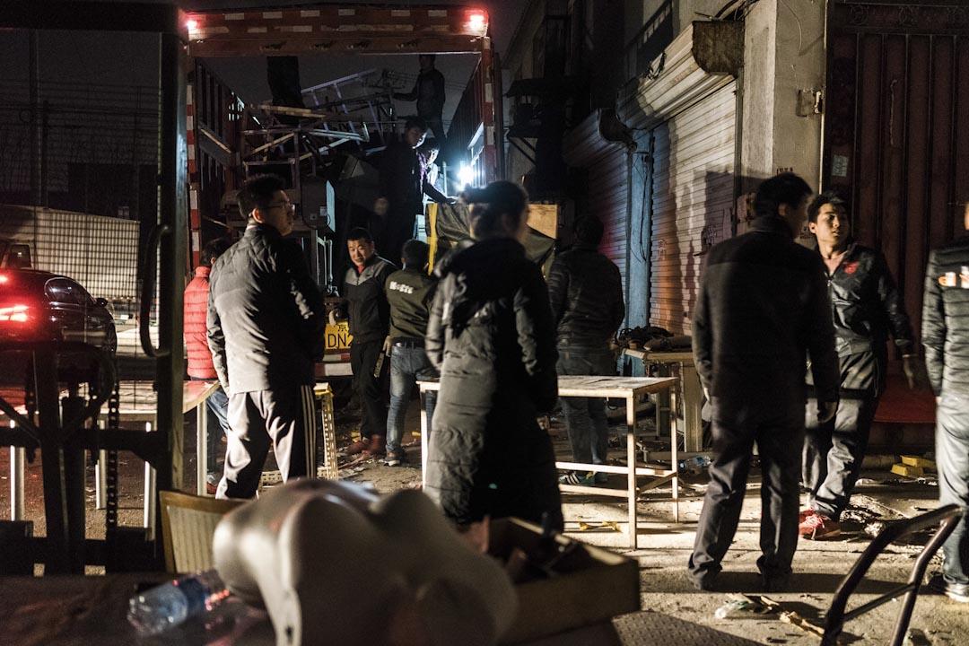 2017年11月25日晚上,服裝廠的搬運現場。服裝廠老闆說北京周邊的地租在這兩天猛漲,但她必須得租個地方開工,否則工人都將失業。
