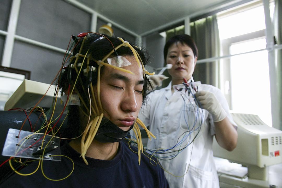 近日,江西南昌「戒網癮」學校豫章書院被指體罰、囚禁學生,相關細節曝光,引起爭論。目前,網戒學校幾乎遍布大陸各地,這些學校均採用封閉軍事化管理,以甚至以電擊、軍訓、虐打等方式進行課程。圖為北京軍區總醫院網絡上癮治療中心,上網成癮的患者在接受治療。 攝:Cancan Chu/Getty Images