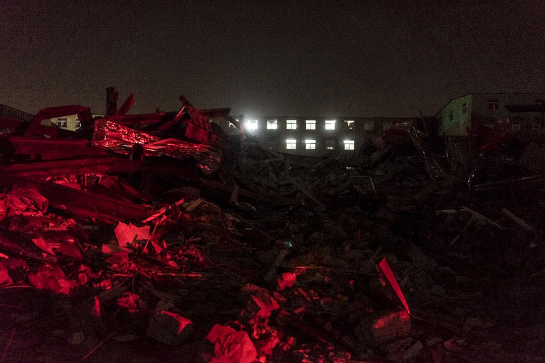 2017年11月25日晚上,工廠被拆除後的廢墟。新建村工廠大多以磚混加鋼結構搭建而成,在這些建築裏最多提供了數萬的工作崗位。