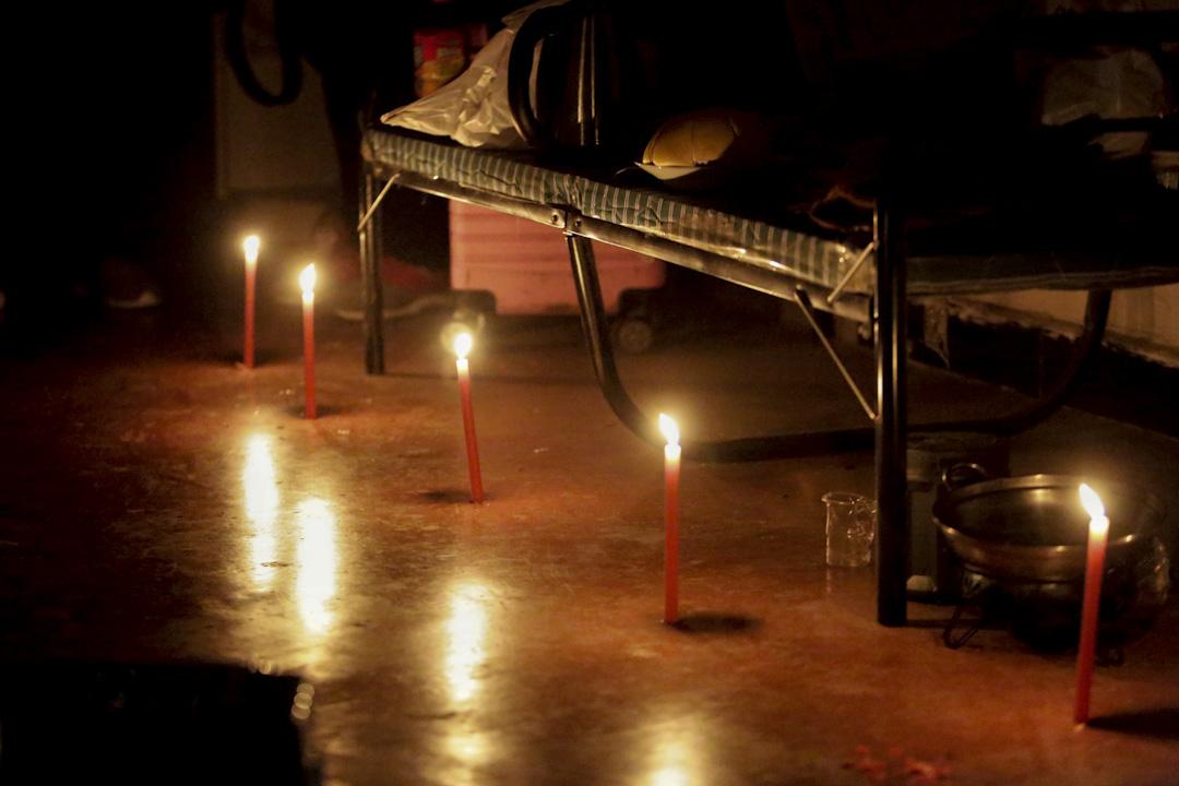 明芳把細長的紅蠟燭均勻地點在地面上,有來訪者開玩笑說, 「這蠟燭點得像求婚現場呀」,寶成和明芳就衝著對方害羞地笑。蠟燭上方的架子堆放著寶成的電子設備,包括電腦顯示屏、主機、VR(虛擬現實)眼鏡和遊戲機。寶成和明芳每天會到村北的飯館和小賣部給手機充好電再回到房間。11月27日撤離的通告貼上又撕下,他們說,還沒做好搬走的打算。