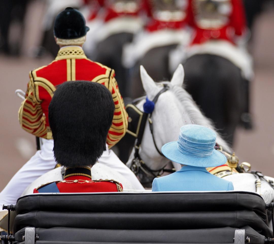 2009年6月13日,英女皇伊利沙伯二世官方壽辰,與菲臘親王一起坐馬車在白金漢宮廣場檢閱皇家軍隊。