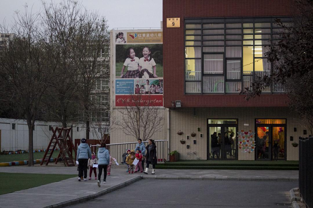 北京紅黃藍幼兒園放學情況。