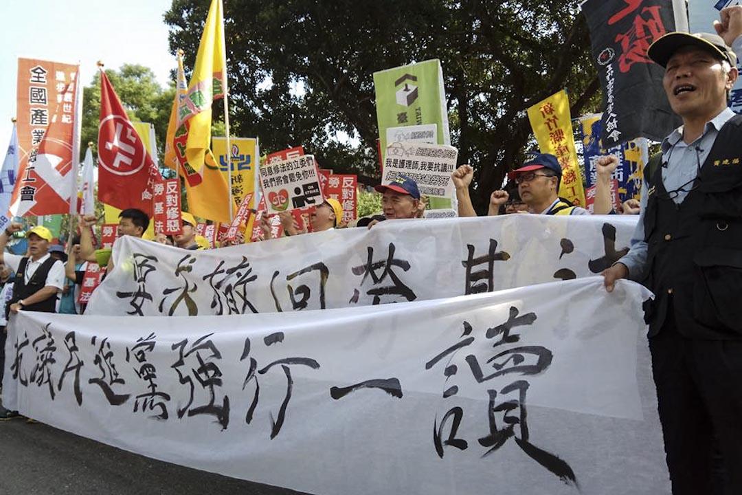 勞工團體於抗議民進黨政府去年「一例一休」修法時,將勞工七天假砍掉,不到一年又反悔要修勞基法,勞工被砍七天假後,現在又要面臨勞基法修惡的過勞折磨。