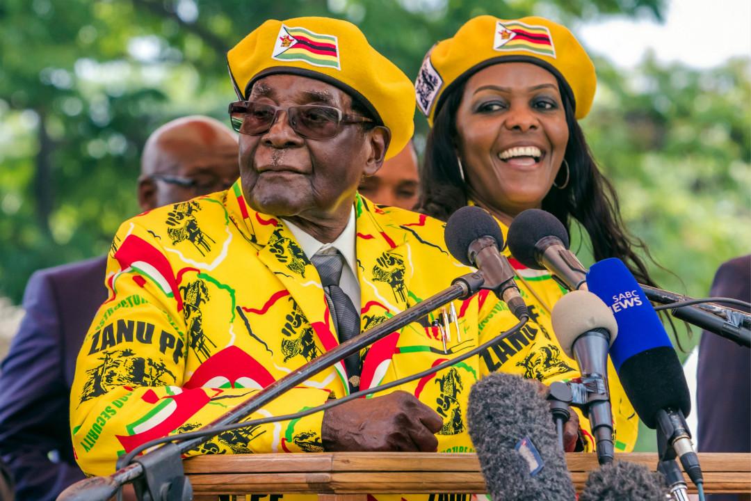 2017年11月8日,津巴布韋總統穆加貝在黨員及支持者集會上致詞,支持妻子格蕾絲(Grace Mugabe)出任副總統。 攝:Jekesai Njikizana/Getty Images
