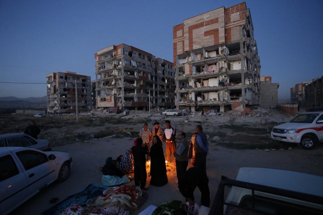 2017年11月12日,伊朗與伊拉克邊界地區晚上發生7.3級強烈地震,至今造成超過450人死亡、逾7,000人受傷。有生還者在倒塌的房屋附近生火取暖。