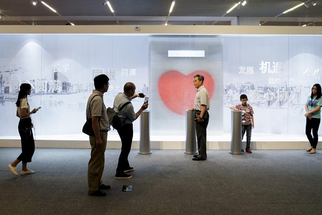 2017年6月27日,北京國家博物館舉辦「香港回歸祖國二十周年——同心創前路,掌握新機遇」成就展,吸引不少市民參觀。    攝:Imagine China