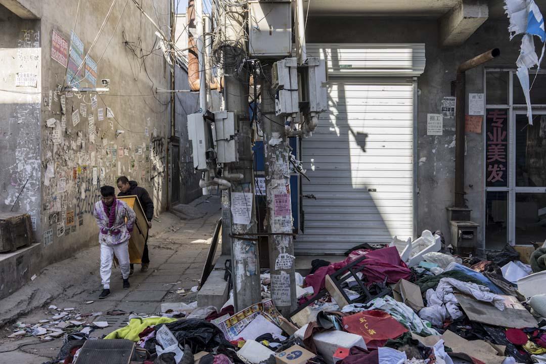 2017年11月26日中午,兩位新建村的租戶將櫃子搬到車上,政府要求他們在這一兩天內離開新建村。街道上都是工廠與居民搬遷後遺留下來的垃圾。