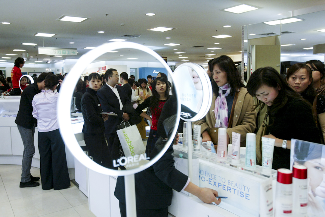 顧客在中國的一家百貨公司內購物。  攝:China Photos/Getty Images
