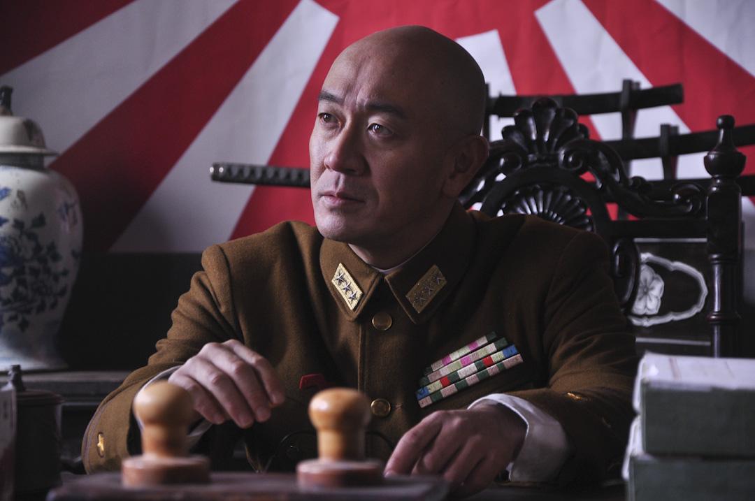 頻繁出演日本軍人,讓三浦研一開始閱讀大量關於抗日戰爭的史料,去中國各地拍戲,也總愛和當地的老人家交流。圖為三浦研一出演「日本鬼子」的劇照。