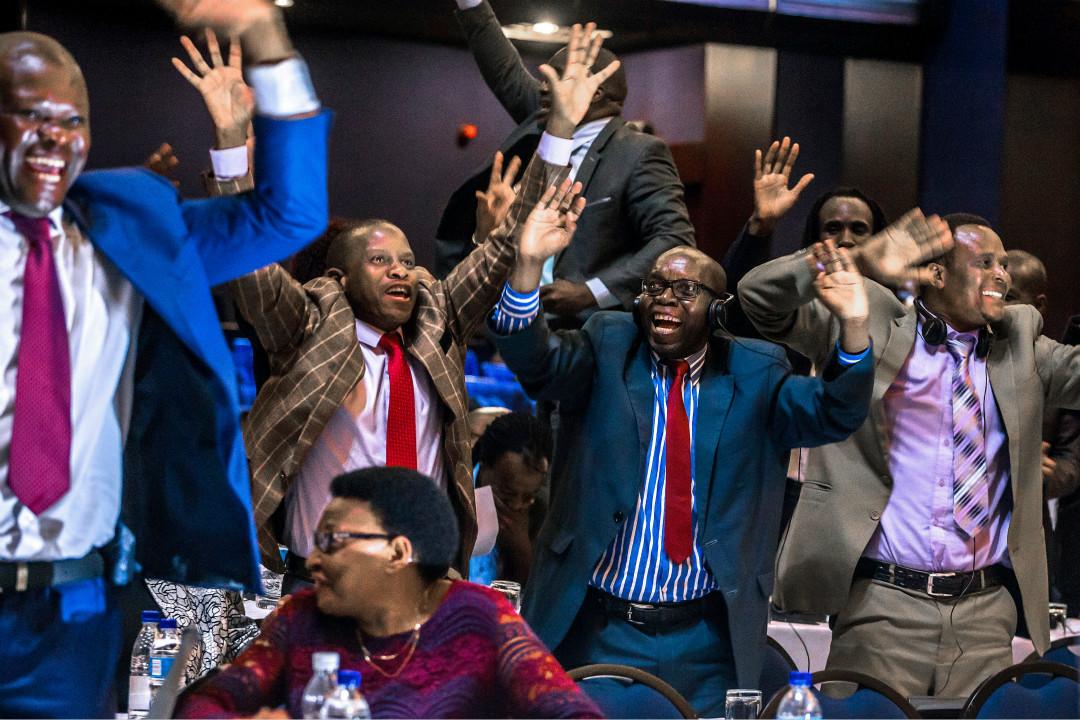 2017年11月21日,津巴布韋議會議長宣布總統穆加貝(Robert Mugabe)已「自願辭職」,贏得現場議員歡呼。 攝:Jekesai Njikizana/Getty Images