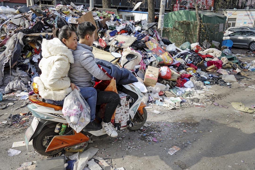 北京大興區公寓火災後,當局全面整治市面的違建問題,下令居住在違章建築內的人士,包括外地勞工及低收入基層民眾等短期內搬離。圖為2017年11月25日,中國北京西紅門鎮新建村,街上不少住在北京的外地勞工忙著搬遷。 攝:Imagine China