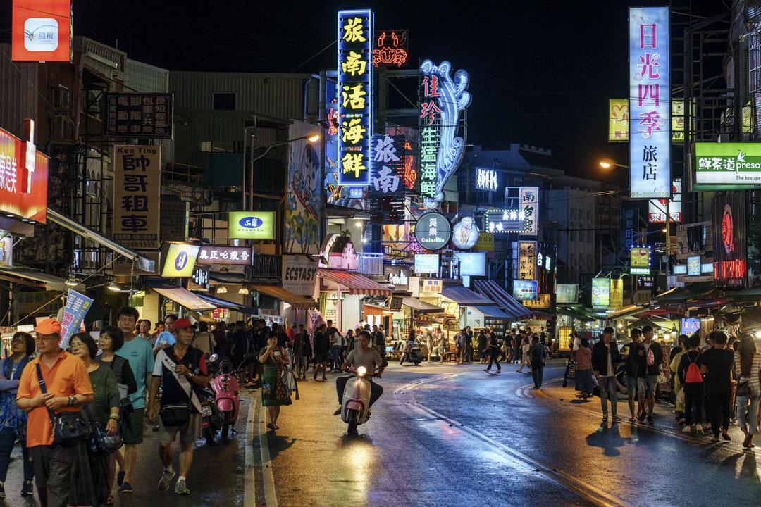 總統蔡英文就職一年,墾丁迎來近五年最冷的暑假人潮,2017年上半年,旅遊人次消失了132萬,台灣媒體以雪崩形容,還有人喊出這是台灣觀光的「黑暗元年」。圖為十一月的墾丁大街。 攝:王文彥/端傳媒