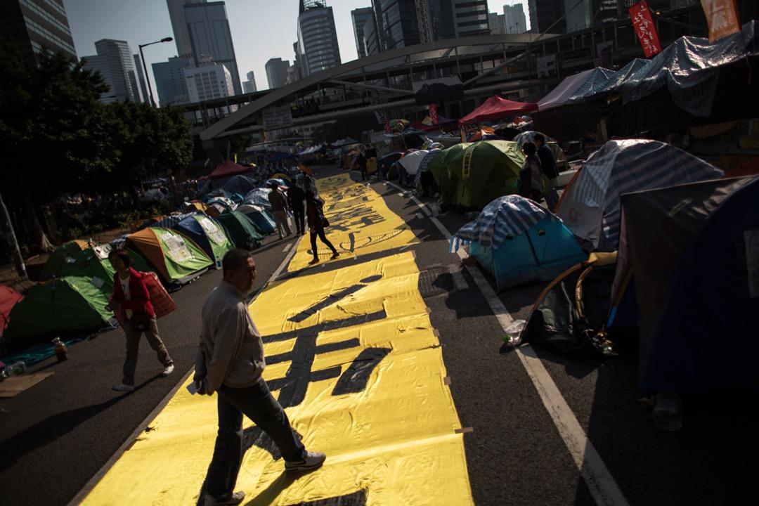 馬嶽:香港民眾仍有兩個根深蒂固的觀念:第一是「獅子山精神」,即對穩定與繁榮的追求,而第二即是要服從法律。所以在佔中時,香港是相當分化的,運動支持度最高時,只有差不多30%。