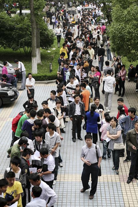 一間幼兒園教師進行招聘,眾多考生在南京幼兒高等師範學校內排隊等候面試。