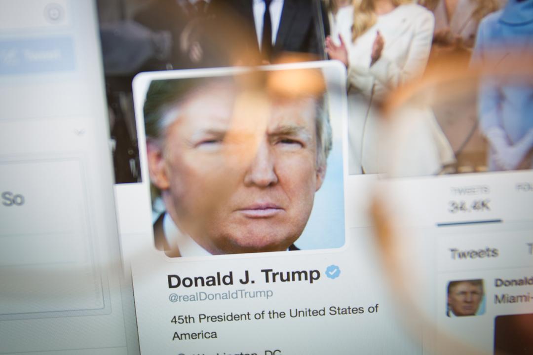 美國總統特朗普的 Twitter 個人帳號「@realDonaldTrump」於週四突然短暫消失約11分鐘。Twitter 事後表示,公司一名即將離任的客戶支援員工在最後一天上班時,關閉了特朗普的帳戶。 攝:Jaap Arriens / Getty Images