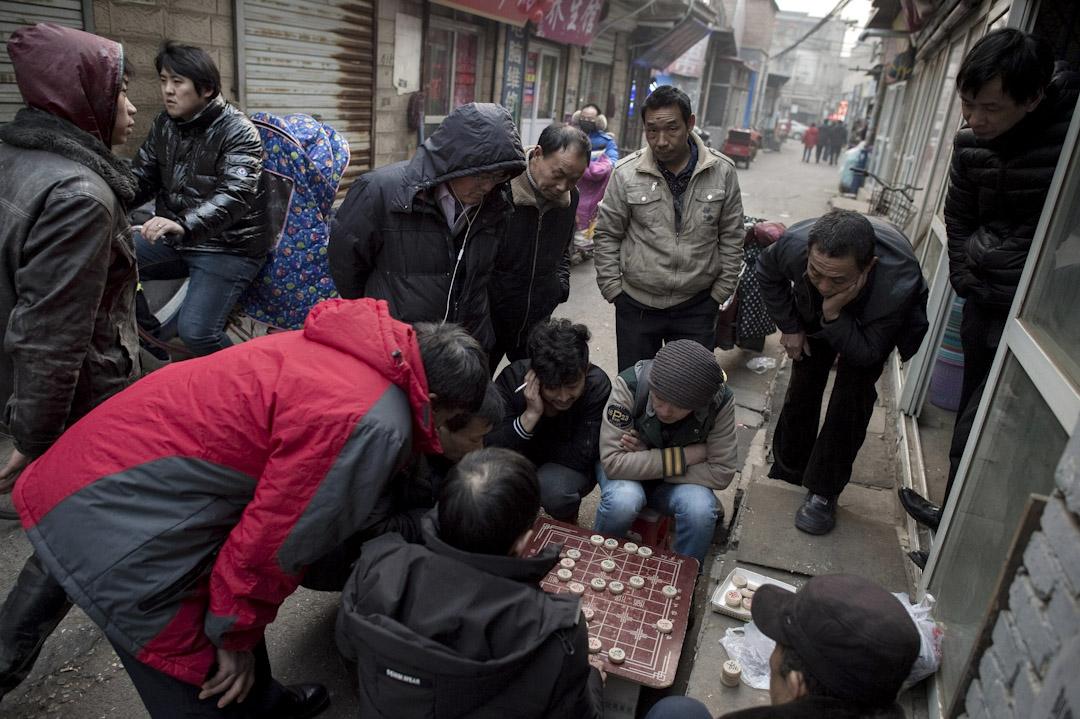 2017年2月15日,北京黑池村的市民正在街上玩中國象棋。