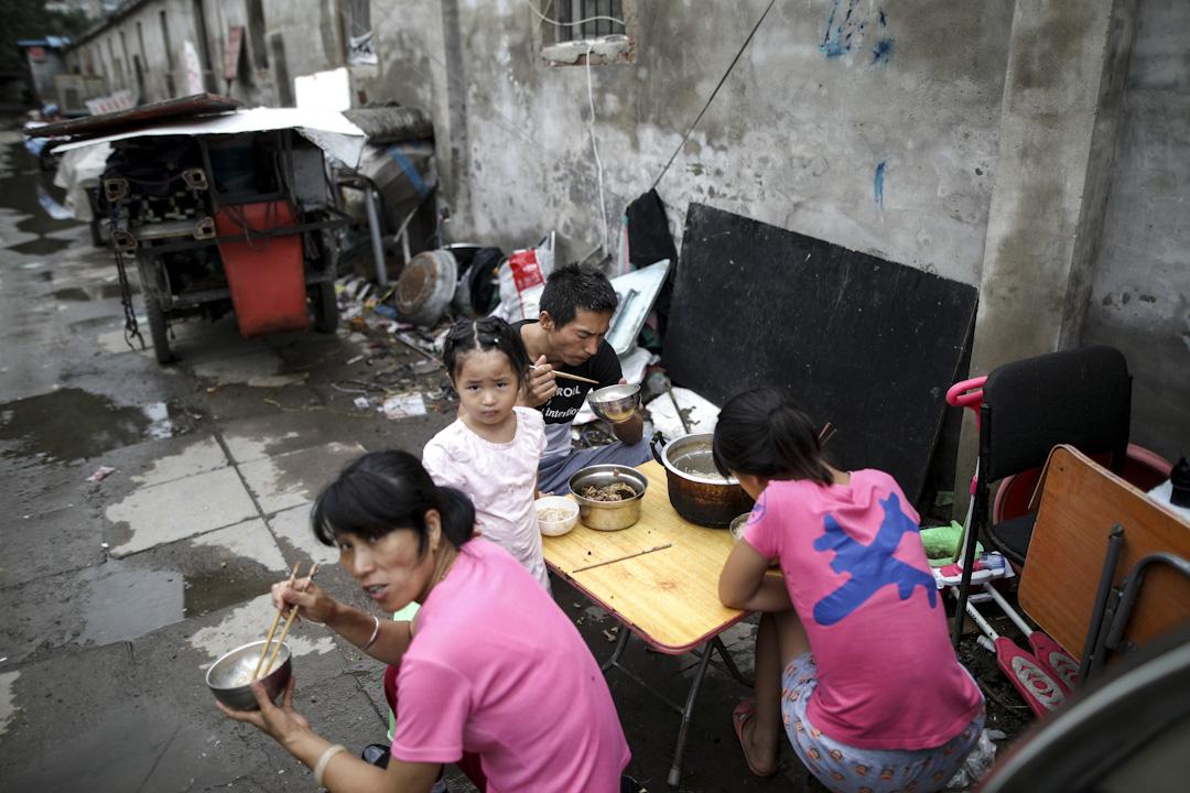 2017年7月26日,中��北京昌平�^,很多居民住房上��著大大的「拆」字,有很多地方也已�被拆�w完��,一些打工家庭面�R搬�w的困境。 �z:Imagine China