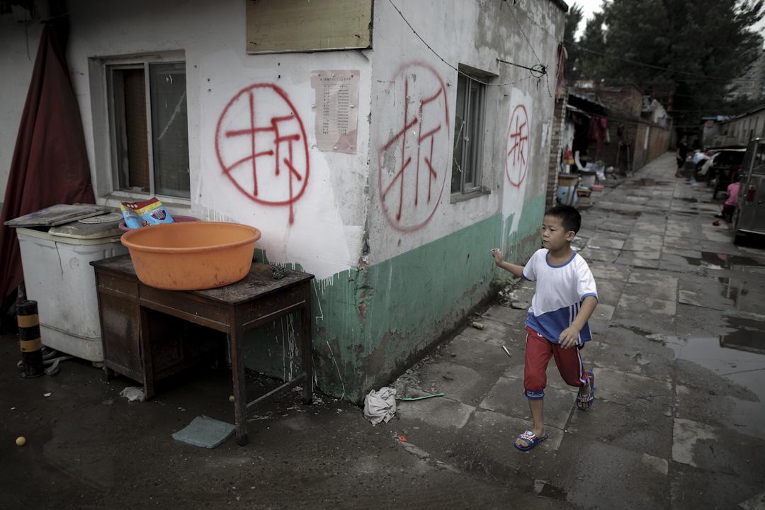 2017年7月26日,北京昌平區,很多居民住房上寫著大大的「拆」字,有很多地方也已經被拆遷完畢,不少民工家庭面臨逼遷的困境。 攝:Wu Hong /EPA