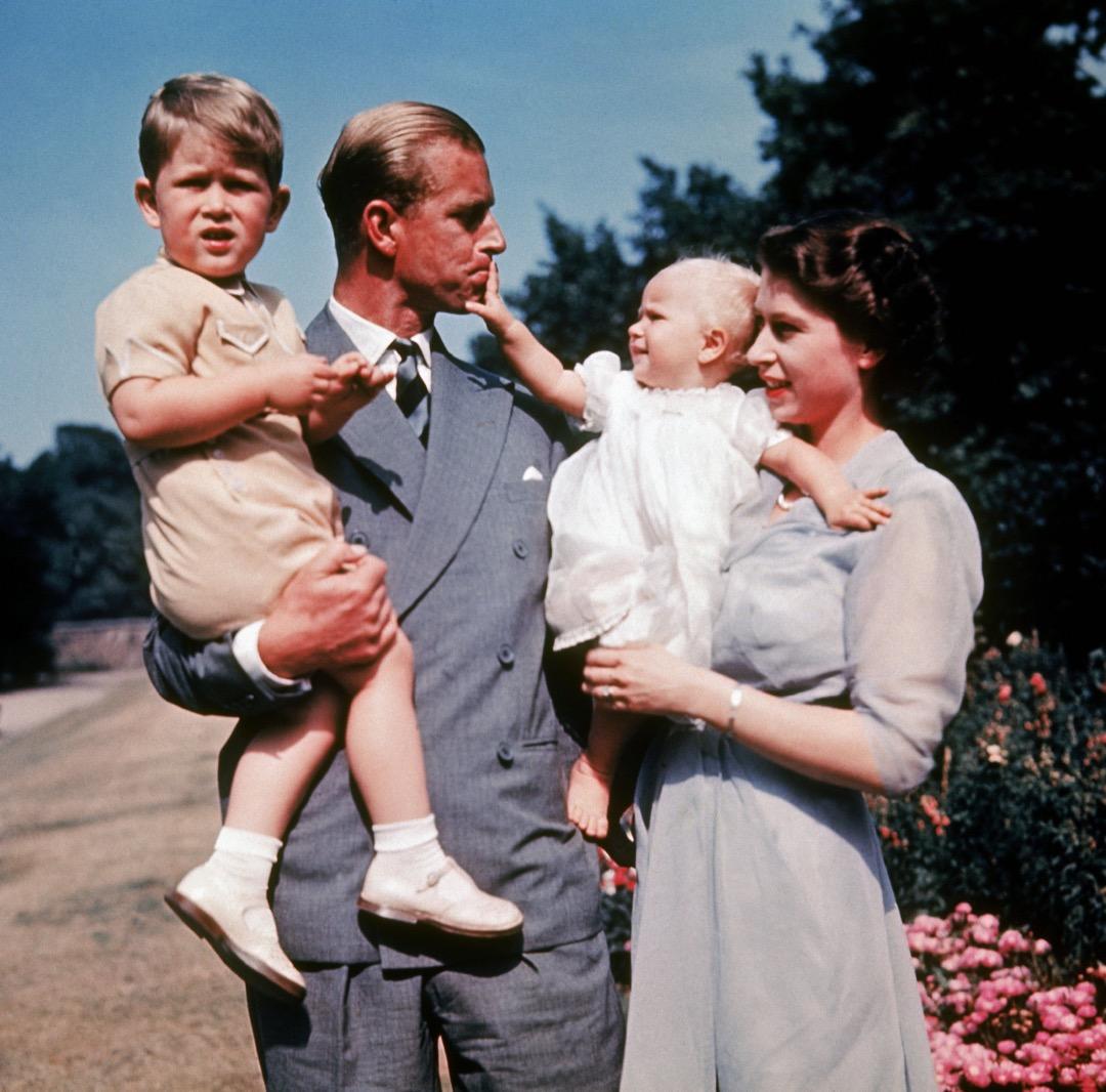 1951年,英女皇伊利沙伯二世與菲臘親王分別抱著孩子安妮公主及查理斯王子。