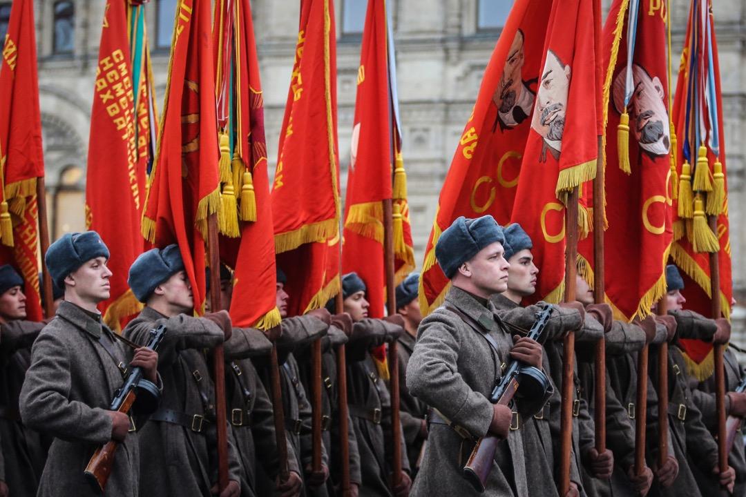 2017年11月7日,俄羅斯首都莫斯科舉行活動紀念1941年二戰時的閱兵巡遊,參與者穿上二戰時俄軍服裝,手持機槍及紅色旗幟模仿當年閱兵巡遊時的情況。