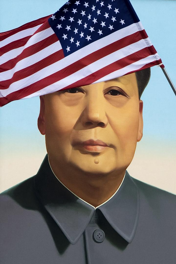 2017年11月8日,美國總統特朗普訪問中國,期間到訪紫禁城參觀,城外的一幅毛澤東像前插了一支美國國旗。