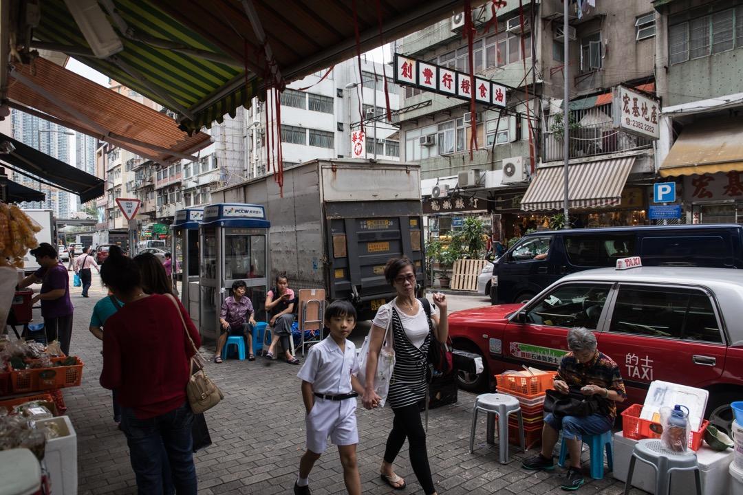 來香港之後不久,有香港朋友帶我去九龍城一嚐馳名的清真牛肉館,令我吃驚的是,清真牛肉館的咖喱牛肉粉絲湯竟然吃出了我童年上海的味道。