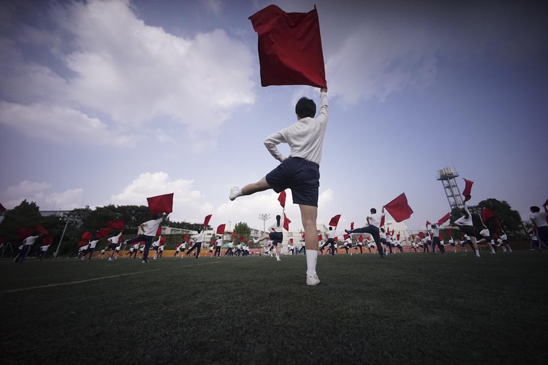 2017年9月26日,日本首都東京的一所韓國中學裡,學生在排練啦啦隊中揮動旗幟的動作。