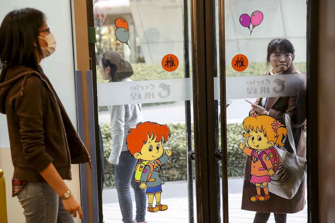 2017年11月8日,上海攜程親子園老師涉嫌虐待兒童的視頻在網絡上曝光,引發公眾關注。 攝:上海青年報 /Imagine China