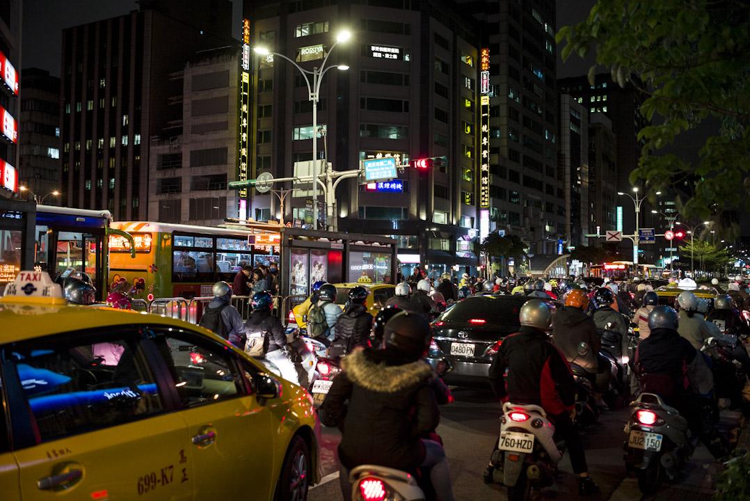 台灣勞工長期面臨着「高工時、低工資」的苦境,缺乏正常的休息時間,辛勤工作也換不到合理的報酬,已經成常為當今台灣社會上最主要的民怨之一。圖為台北下班時段,馬路上排滿返家的電單車群。