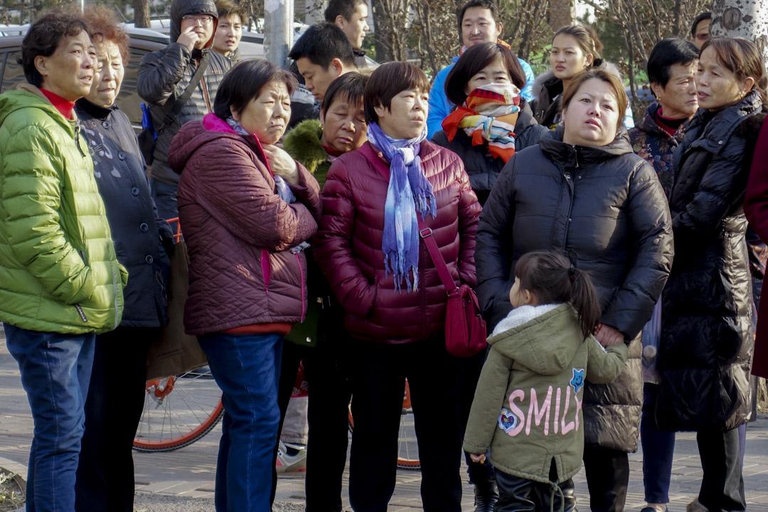 2017年11月25日,北京朝陽區紅黃藍幼兒園新天地分園的大門緊閉,大門旁張貼著一紙園方的聲明,一些學生家長在門前焦急地等待最新消息。