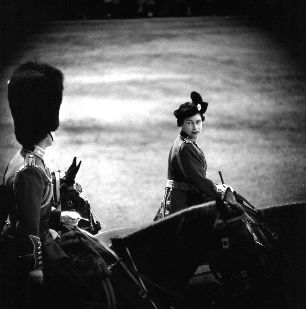 1961年6月10日,英女皇伊利沙伯二世官方壽辰,進行皇家軍隊閱兵儀式 (Trooping the Colour),期間英女皇對菲臘親王回眸。