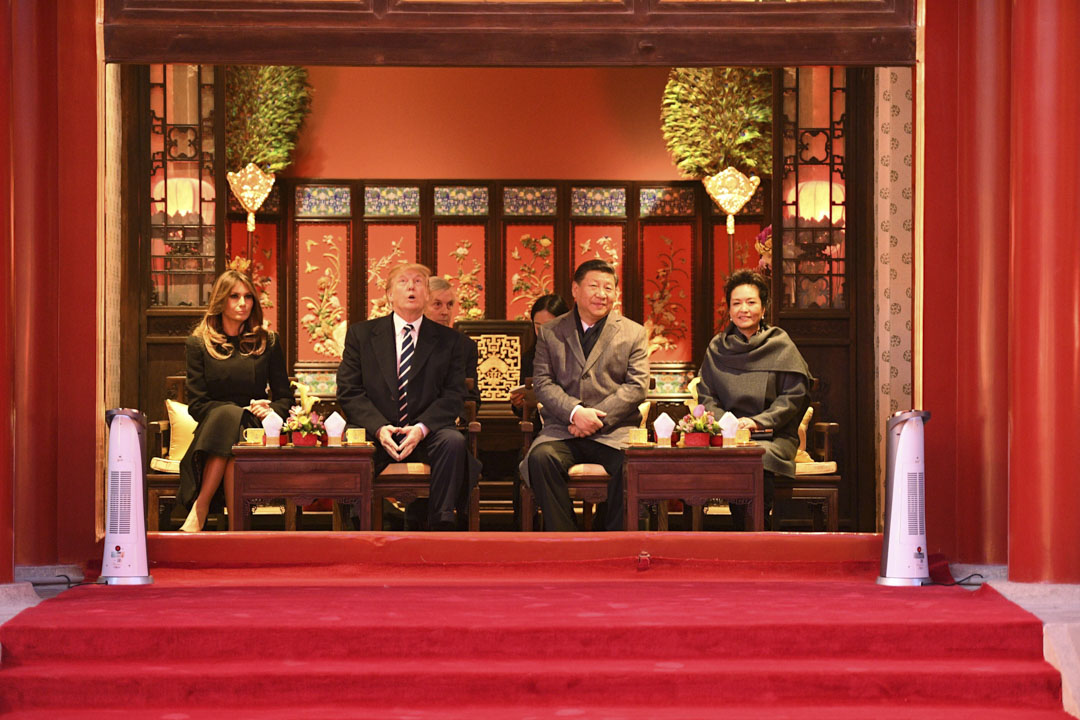 美國總統特朗普11月訪問北京之後,連連稱讚中國與中國領導人,並多次誇耀自己在北京受到了「別人從沒享受過的待遇」。圖為2017年11月8日,國家主席習近平與夫人彭麗媛陪同美國總統特朗普及第一夫人梅拉尼婭到故宮看京劇表演。