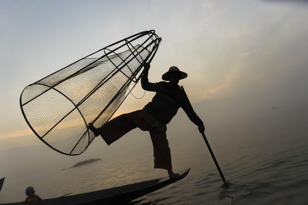 茵萊湖(InleLake),漁民在霧中使用古老的技術在淺水中捕魚。