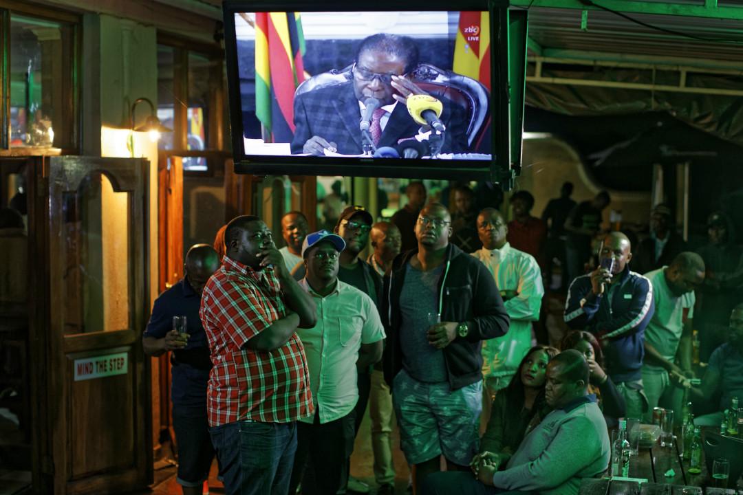 2017年11月19日,津巴布韋民眾在酒吧觀看總統穆加貝(Robert Mugabe)電視講話。 攝:Imagine China
