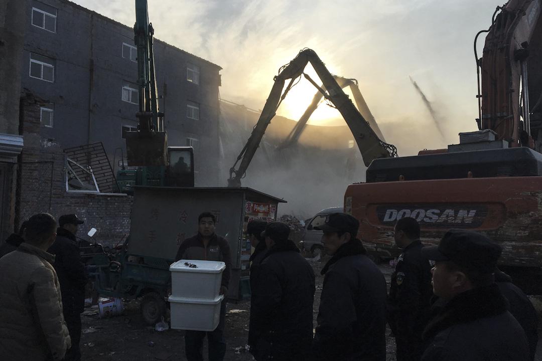 2017年11月18日,北京大興區一幢公寓發生奪命大火,釀成19死8傷,當局隨即以消防安檢的「安全隱患」為理由,驅趕北京內的外地打工族和低收入族群。