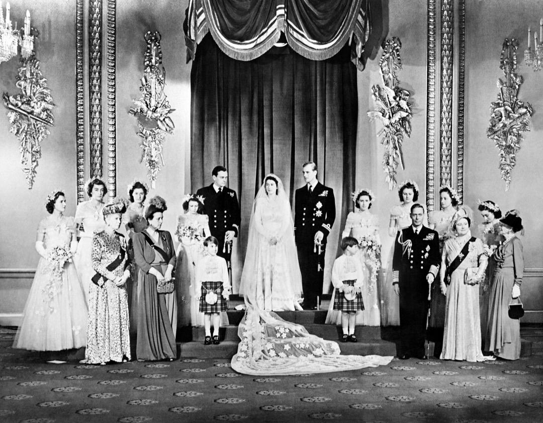 1947年11月20日,英國皇室成員及賓客與伊利沙伯公主及愛丁堡公爵菲臘 (中) 在婚禮前在白金漢宮的王座室 (Throne Room) 合照。