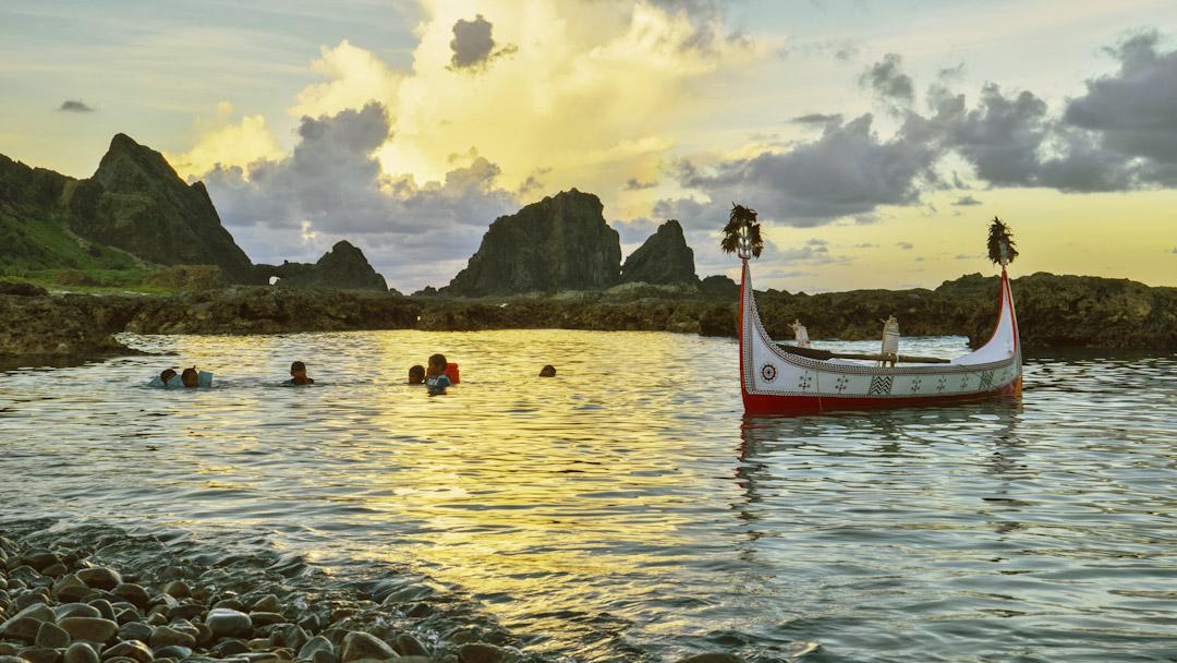 達悟傳統的捕魚造舟,已越來越少人從事。原來達悟族評判一個家族在部落中的地位,是看男人捕魚的多少,造舟的水準,以及女人種植芋頭的多少。圖為東清海灣的拼板舟與孩子們。